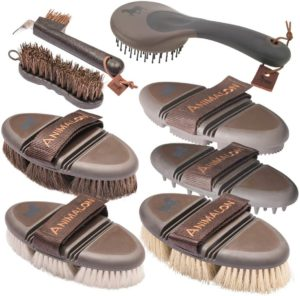 Animalon Deluxe-Set | Alle Premium-Produkte der CareFlex Pflegeserie | CareFlex Rosshaar-Kardätsche, Striegel, Glanzbürste und Massage-Striegel, Wurzelbürste, Mähnen- & Schweifbürste, Hufbürste, Hufkratzer | Bürsten Set